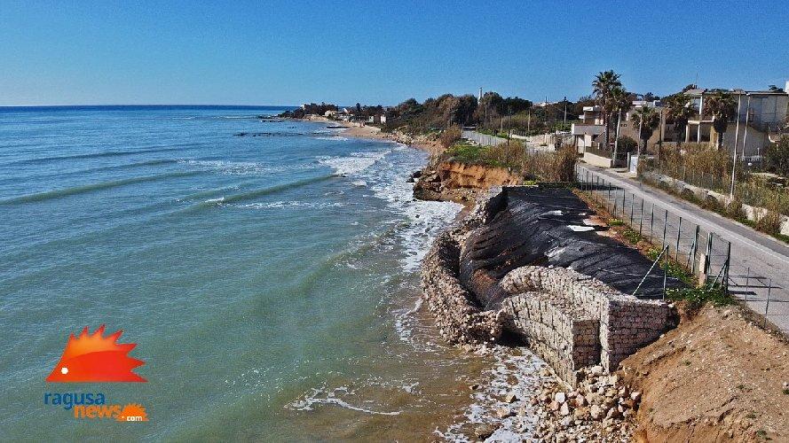 https://www.ragusanews.com//immagini_articoli/03-02-2021/1612381568-spiaggia-di-caucana-cronaca-di-un-crollo-annunciato-3-500.jpg