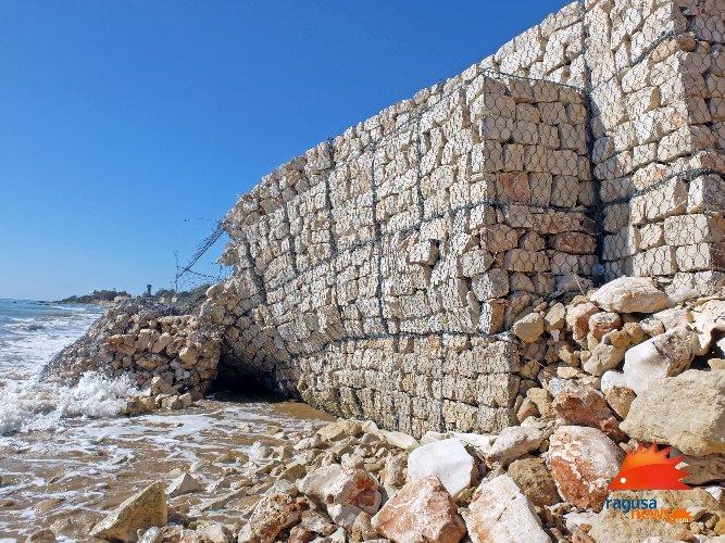 https://www.ragusanews.com//immagini_articoli/03-02-2021/1612381569-spiaggia-di-caucana-cronaca-di-un-crollo-annunciato-4-500.jpg