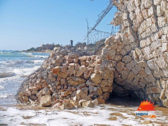 https://www.ragusanews.com//immagini_articoli/03-02-2021/1612381569-spiaggia-di-caucana-cronaca-di-un-crollo-annunciato-5-500.jpg