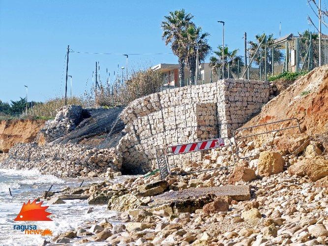 https://www.ragusanews.com//immagini_articoli/03-02-2021/1612381570-spiaggia-di-caucana-cronaca-di-un-crollo-annunciato-6-500.jpg