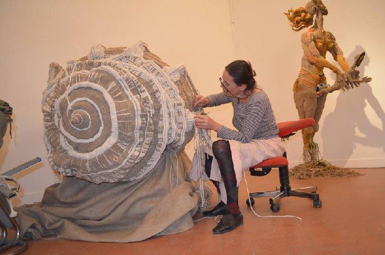 https://www.ragusanews.com//immagini_articoli/03-03-2020/sylvie-clavel-e-le-sculture-in-tessuto-a-modica-500.jpg