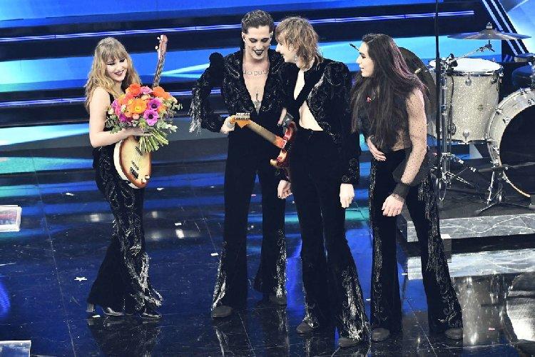 https://www.ragusanews.com//immagini_articoli/03-03-2021/1614765602-sanremo-2021-i-look-dei-cantanti-sul-palco-dell-ariston-1-500.jpg