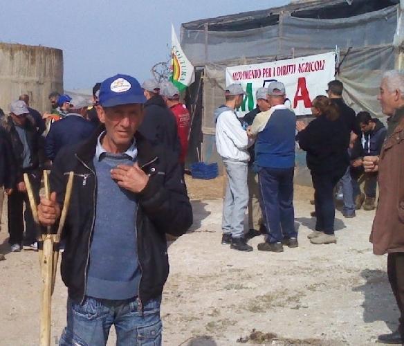 http://www.ragusanews.com//immagini_articoli/03-04-2014/aste-giudiziarie-vescovo-e-sindaco-a-fianco-della-protesta-500.jpg