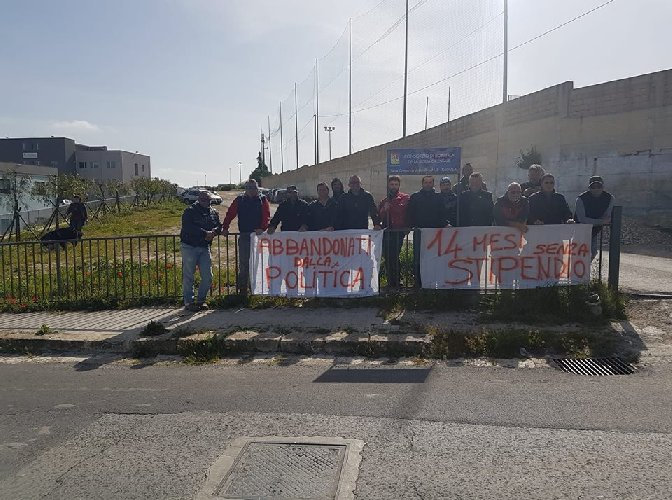 https://www.ragusanews.com//immagini_articoli/03-04-2018/ragusa-operai-consorzio-bonifica-protestano-tetto-500.jpg