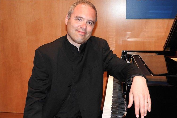 https://www.ragusanews.com//immagini_articoli/03-04-2018/ragusa-pianista-pierre-laurent-boucharlat-500.jpg