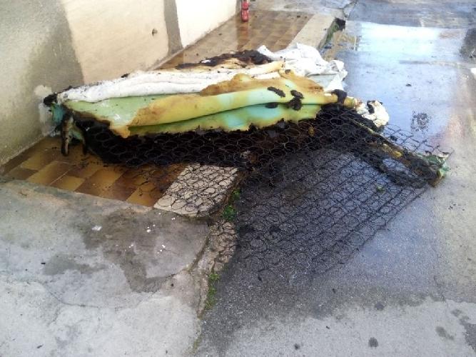 http://www.ragusanews.com//immagini_articoli/03-05-2015/casa-in-fiamme-grave-un-poliziotto-500.jpg