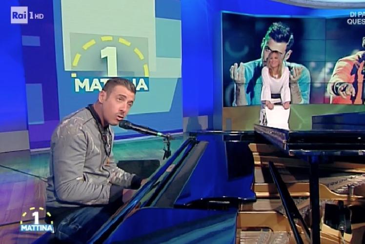 http://www.ragusanews.com//immagini_articoli/03-05-2017/occidentali-karma-solo-piano-canta-francesco-gabbani-video-500.jpg