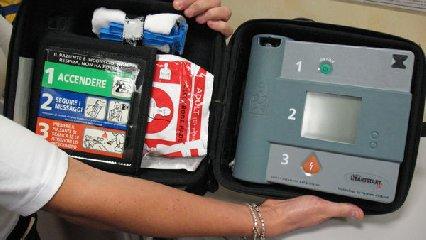 http://www.ragusanews.com//immagini_articoli/03-05-2018/defibrillatore-salvare-vita-240.jpg