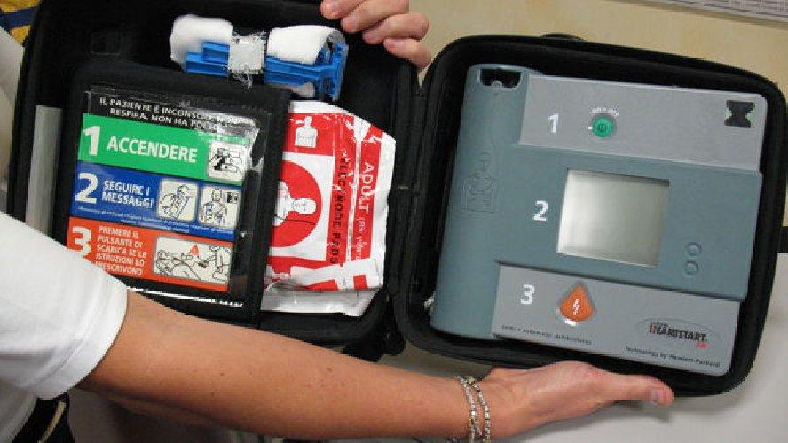 https://www.ragusanews.com//immagini_articoli/03-05-2018/defibrillatore-salvare-vita-500.jpg