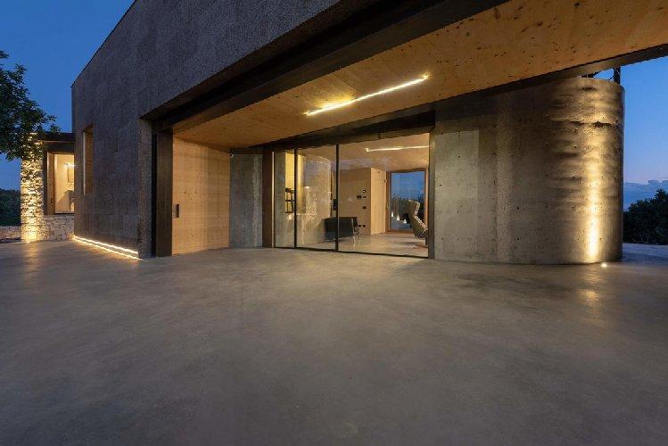 https://www.ragusanews.com//immagini_articoli/03-05-2021/1620040701-nemini-teneri-nella-campagna-di-scicli-la-villa-a-basso-consumo-energetico-1-500.jpg