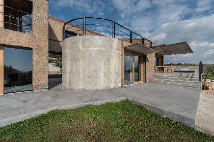 https://www.ragusanews.com//immagini_articoli/03-05-2021/1620040702-nemini-teneri-nella-campagna-di-scicli-la-villa-a-basso-consumo-energetico-3-280.jpg