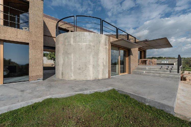 https://www.ragusanews.com//immagini_articoli/03-05-2021/1620040702-nemini-teneri-nella-campagna-di-scicli-la-villa-a-basso-consumo-energetico-3-500.jpg