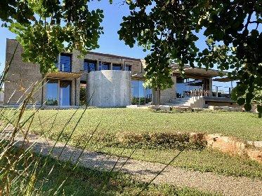 https://www.ragusanews.com//immagini_articoli/03-05-2021/1620041290-nemini-teneri-nella-campagna-di-scicli-la-villa-a-basso-consumo-energetico-14-280.jpg