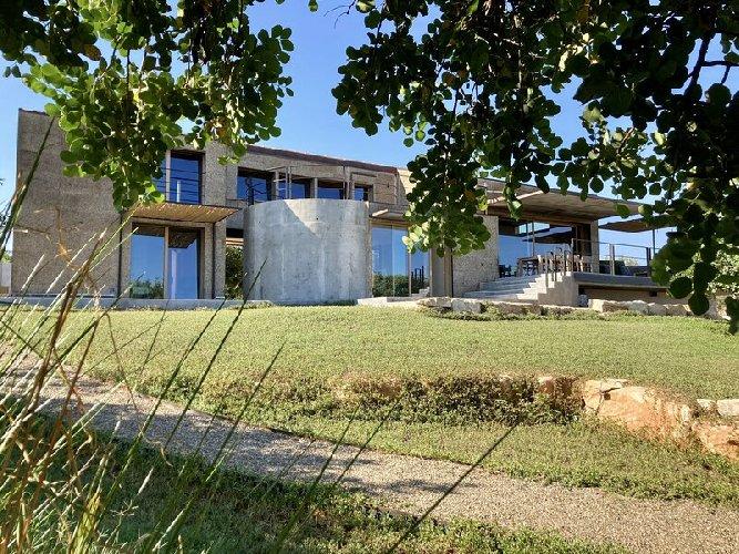 https://www.ragusanews.com//immagini_articoli/03-05-2021/1620041290-nemini-teneri-nella-campagna-di-scicli-la-villa-a-basso-consumo-energetico-14-500.jpg