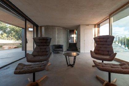 https://www.ragusanews.com//immagini_articoli/03-05-2021/1620041380-nemini-teneri-nella-campagna-di-scicli-la-villa-a-basso-consumo-energetico-17-280.jpg