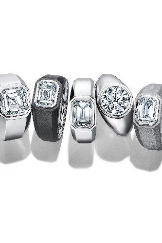 https://www.ragusanews.com//immagini_articoli/03-05-2021/da-tiffany-co-arrivano-gli-anelli-di-fidanzamento-da-uomo-500.jpg