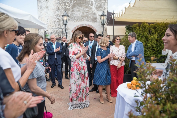 http://www.ragusanews.com//immagini_articoli/03-06-2017/pino-cuttaia-vino-rosso-stregato-melania-trump-500.jpg