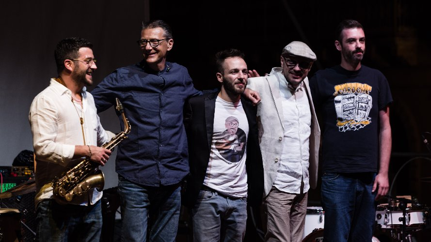 https://www.ragusanews.com//immagini_articoli/03-06-2018/basso-mario-deidda-gege-telesforo-vittoria-jazz-fest-500.jpg