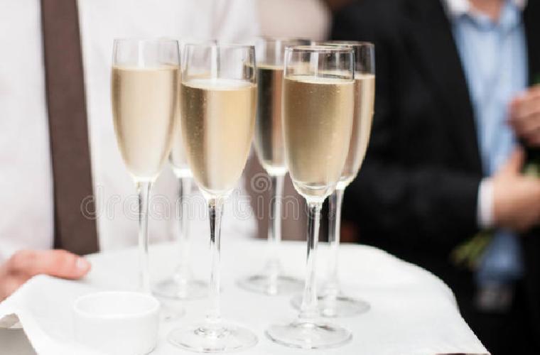 https://www.ragusanews.com//immagini_articoli/03-06-2018/costa-ragusana-cameriere-offre-champagne-chiedete-prezzo-500.png