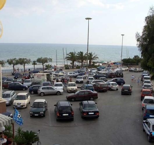 https://www.ragusanews.com//immagini_articoli/03-06-2020/il-centro-di-marina-di-modica-diventa-a-strisce-blu-500.jpg
