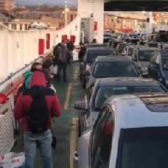 https://www.ragusanews.com//immagini_articoli/03-06-2020/riapre-la-sicilia-code-allo-stretto-per-imbarcarsi-240.jpg