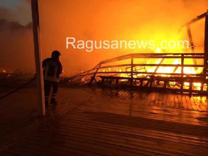 http://www.ragusanews.com//immagini_articoli/03-07-2014/incendi-agli-chalet-strategia-della-tensione-e-della-distrazione-500.jpg
