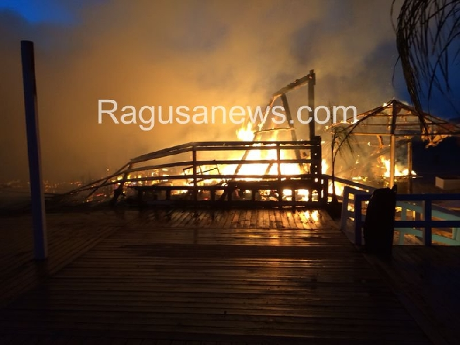 https://www.ragusanews.com//immagini_articoli/03-07-2014/incendio-doloso-ai-danni-del-pappafico-di-sampieri-500.jpg