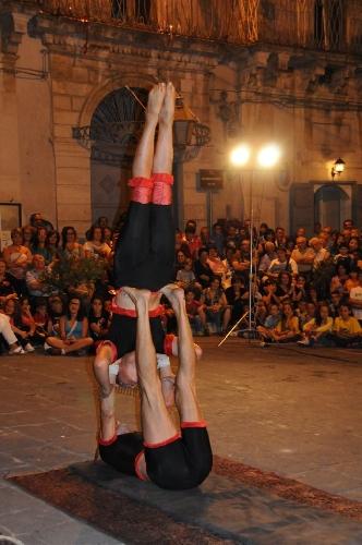 http://www.ragusanews.com//immagini_articoli/03-07-2015/buskers-a-testa-in-giu-a-monterosso-500.jpg