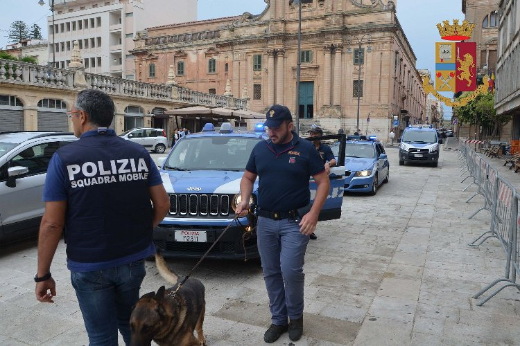 https://www.ragusanews.com//immagini_articoli/03-07-2018/droga-ragusa-piazza-giovanni-giardini-pubblici-500.jpg