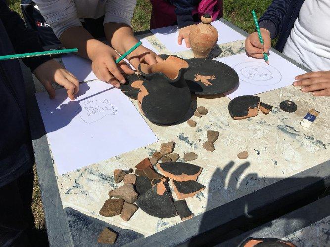 https://www.ragusanews.com//immagini_articoli/03-07-2019/bambini-archeologi-al-museo-archeologico-di-naxos-500.jpg