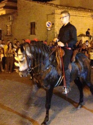 http://www.ragusanews.com//immagini_articoli/03-08-2014/il-cavallo-balla-con-la-spagnola-a-donnalucata-video-500.jpg