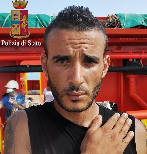 http://www.ragusanews.com//immagini_articoli/03-08-2015/si-batte-il-petto-lo-scafista-arrestato-500.jpg