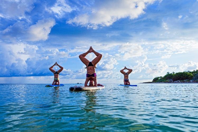 http://www.ragusanews.com//immagini_articoli/03-08-2016/yoga-su-una-tavola-da-surf-a-santa-maria-del-focallo-500.jpg
