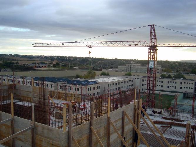 http://www.ragusanews.com//immagini_articoli/03-08-2017/lavori-fermi-cantiere-hilton-sceicco-paga-500.jpg