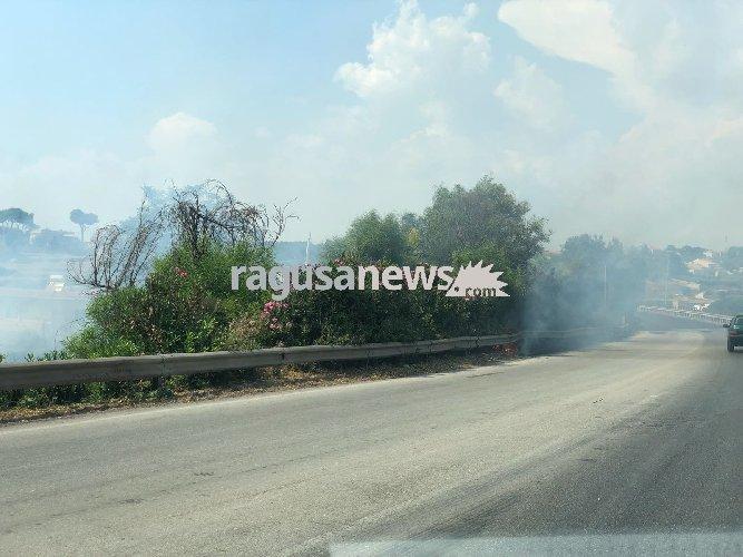 https://www.ragusanews.com//immagini_articoli/03-08-2018/modica-incendio-caitina-intervenuti-vigili-fuoco-500.jpg