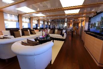 https://www.ragusanews.com//immagini_articoli/03-08-2020/1596452857-il-fascino-del-2-ladies-lo-yacht-che-ha-lasciato-a-bocca-aperta-i-ragusani-1-240.jpg