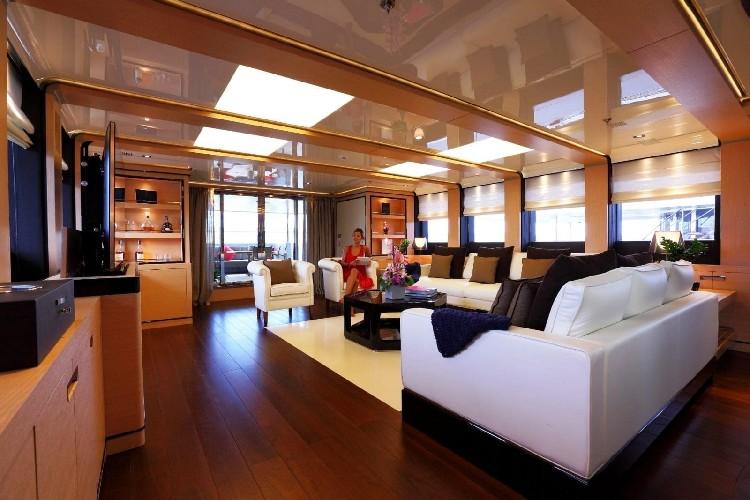 https://www.ragusanews.com//immagini_articoli/03-08-2020/1596452857-il-fascino-del-2-ladies-lo-yacht-che-ha-lasciato-a-bocca-aperta-i-ragusani-2-500.jpg
