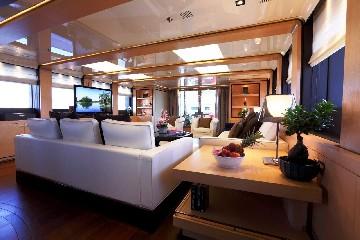 https://www.ragusanews.com//immagini_articoli/03-08-2020/1596452857-il-fascino-del-2-ladies-lo-yacht-che-ha-lasciato-a-bocca-aperta-i-ragusani-3-240.jpg