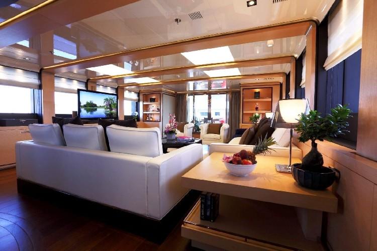 https://www.ragusanews.com//immagini_articoli/03-08-2020/1596452857-il-fascino-del-2-ladies-lo-yacht-che-ha-lasciato-a-bocca-aperta-i-ragusani-3-500.jpg