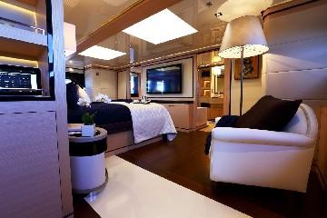 https://www.ragusanews.com//immagini_articoli/03-08-2020/1596452858-il-fascino-del-2-ladies-lo-yacht-che-ha-lasciato-a-bocca-aperta-i-ragusani-4-240.jpg