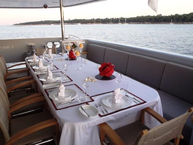 https://www.ragusanews.com//immagini_articoli/03-08-2020/1596452888-il-fascino-del-2-ladies-lo-yacht-che-ha-lasciato-a-bocca-aperta-i-ragusani-1-500.jpg