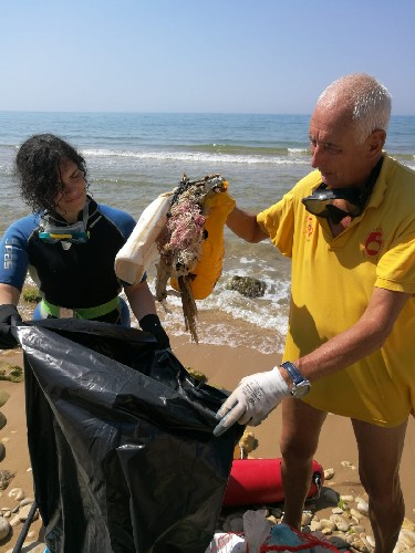 https://www.ragusanews.com//immagini_articoli/03-08-2020/ragusa-puliti-i-fondali-marini-500.jpg