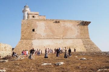 https://www.ragusanews.com//immagini_articoli/03-08-2020/rivive-la-fortezza-spagnola-sull-isola-di-capo-passero-240.jpg
