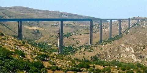 https://www.ragusanews.com//immagini_articoli/03-08-2020/si-lancia-dal-ponte-cosranzo-muore-un-uomo-240.jpg