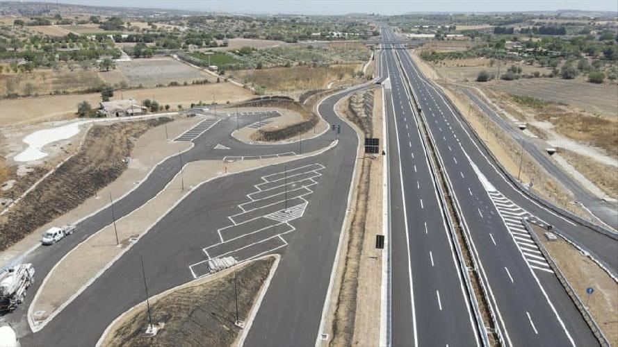 https://www.ragusanews.com//immagini_articoli/03-08-2021/1627986589-3-agosto-2021-il-giorno-della-vergogna-primo-metro-di-autostrada-a-ragusa-1-500.jpg