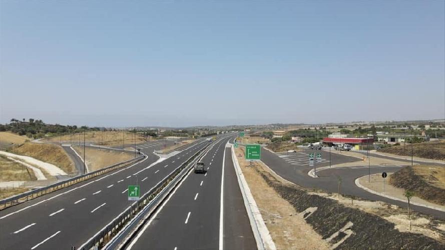 https://www.ragusanews.com//immagini_articoli/03-08-2021/1627986592-3-agosto-2021-il-giorno-della-vergogna-primo-metro-di-autostrada-a-ragusa-2-500.jpg