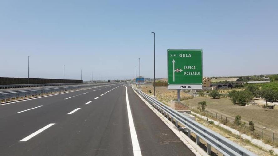 https://www.ragusanews.com//immagini_articoli/03-08-2021/3-agosto-2021-il-giorno-della-vergogna-primo-metro-di-autostrada-a-ragusa-500.jpg