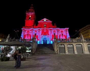 https://www.ragusanews.com//immagini_articoli/03-08-2021/ragusa-la-cattedrale-a-luci-rosse-che-divide-i-cittadini-280.jpg