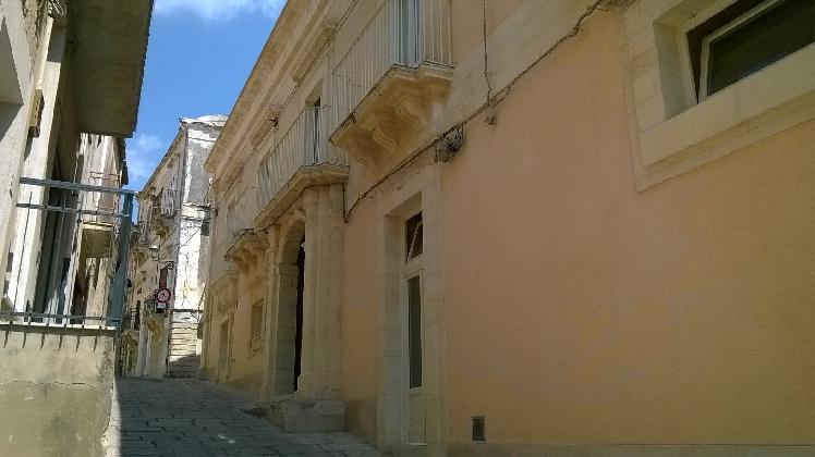 https://www.ragusanews.com//immagini_articoli/03-09-2016/casa-majore-un-albergo-in-un-palazzo-storico-420.jpg