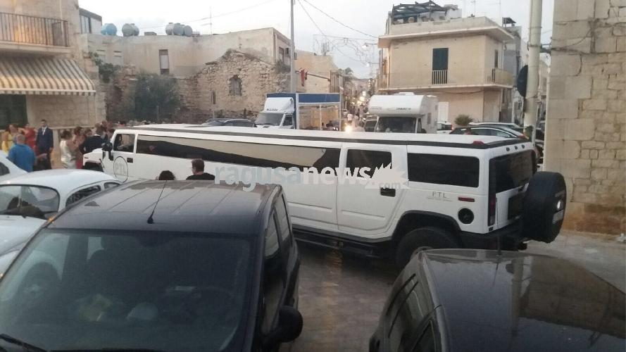 http://www.ragusanews.com//immagini_articoli/03-09-2017/sposi-hummer-limousine-molo-sampieri-500.jpg
